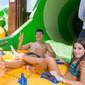 Rodrigo Faro se diverte em parque aquático com esposa e filhas