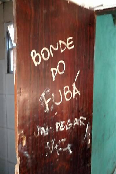 Porta da casa onde jovem foi estuprada (Crédito: Reprodução)