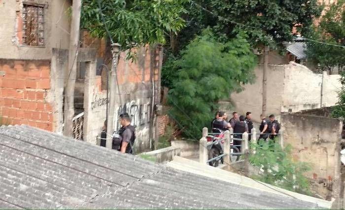 Policiais ao redor da casa (Crédito: Reprodução)