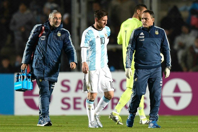 Messi caiu com as mãos nas costas