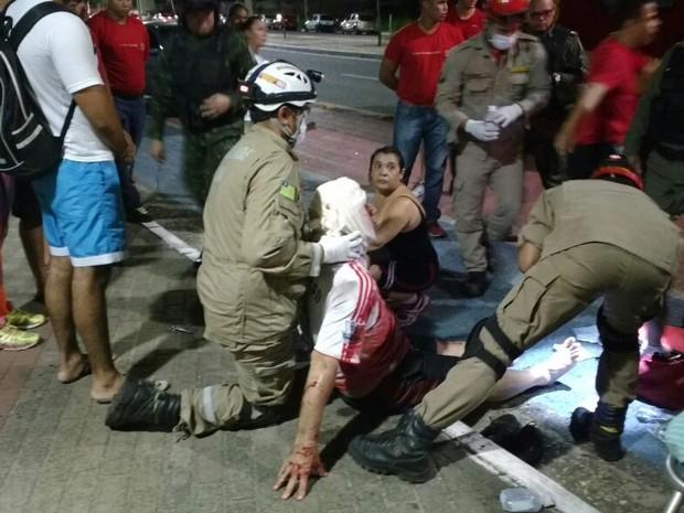 Uma das vítimas recebe atendimento (Crédito: Divulgação/ Polícia Militar)