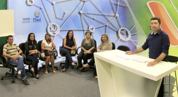 O programa leva ensino presencial por mediação tecnológica ao máximo de municípios do estado
