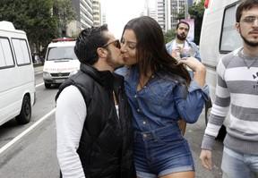 Thammy beija a namorada Andressa Ferreira