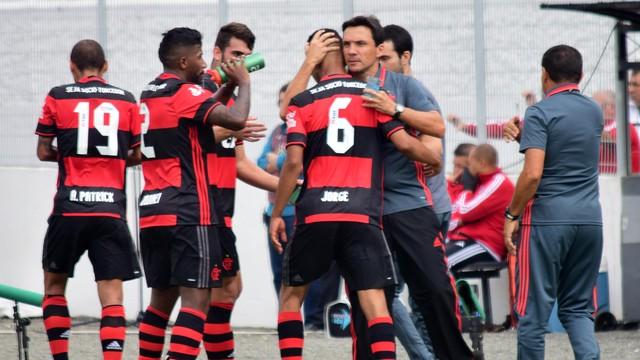Técnico abraça Jorge, autor do segundo gol do Flamengo