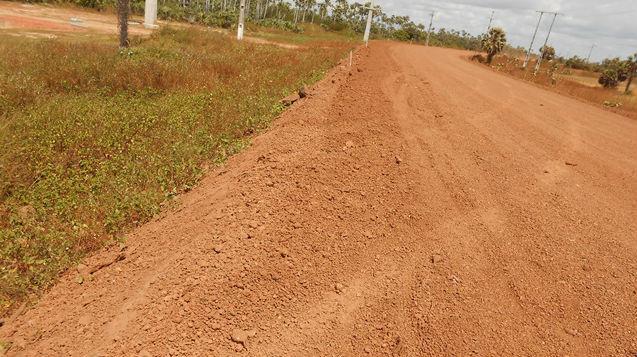 Estrada onde aconteceu acidente com marcas antes do capotamento