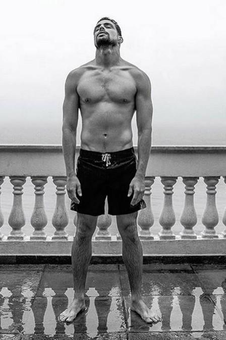 Cauã Reymond e Marco Pigossi posam sem camisa para capa de revista (Crédito: Reprodução)