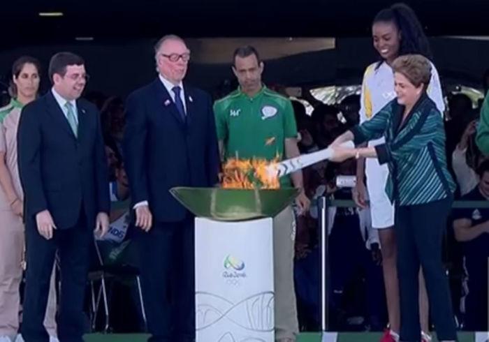 Dilma acende a chama olímpica, e tocha percorrerá o Brasil