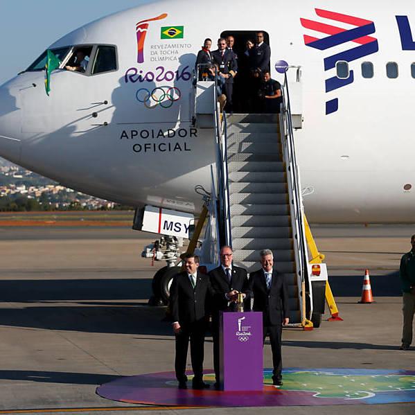 Chama olímpica chega ao Brasil com atraso de quase uma hora