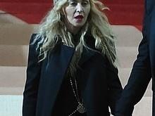 Madonna sai do baile do MET com garrafa de champanhe na mão
