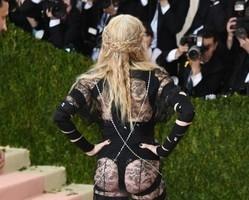 Madonna usa look ousado e deixa bumbum à mostra em premiação