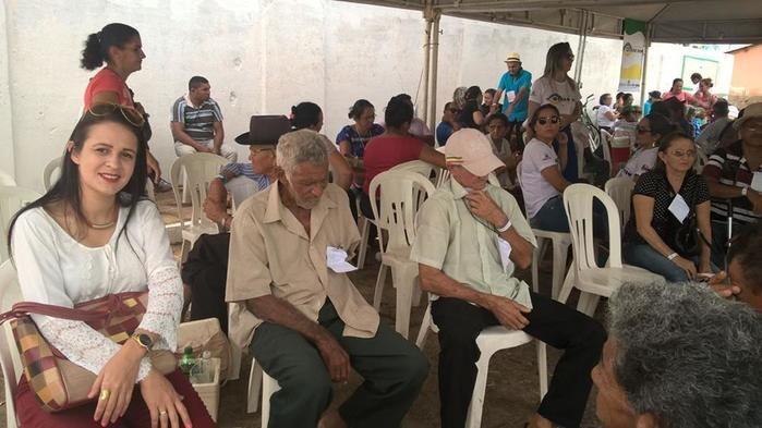 Secretária Julliana Brito com Pacientes  (Crédito: juazeiroalerta.com)