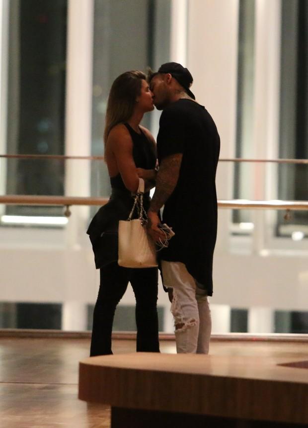 Lucas Lucco troca beijos com loira  (Crédito: AgNews)