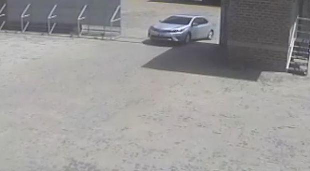 Bando chega em um veículo para assaltar a Transportadora (Crédito: Reprodução/ TV Meio Norte)