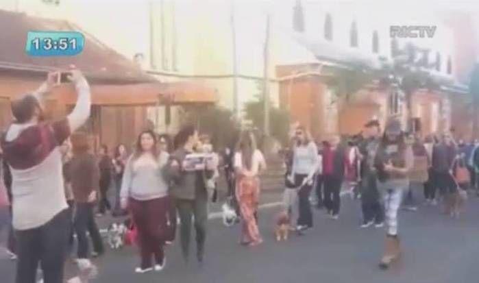 Manifestantes realizaram passeata revoltados com o caso (Crédito: Reprodução)