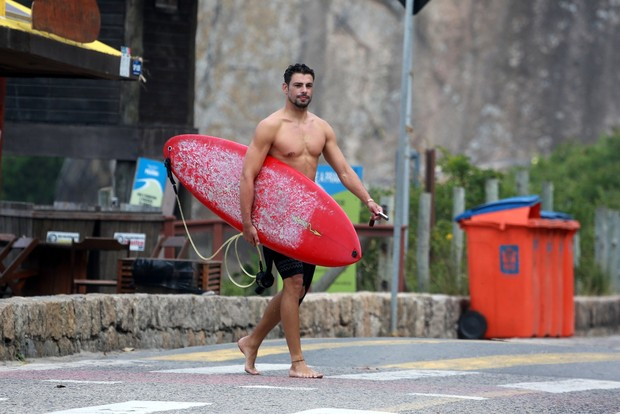 Cauã Reymond foi visto surfando  (Crédito: Agnews)