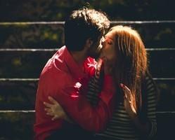 Jonatas segue os conselhos do padrasto e dá beijão em Eliza