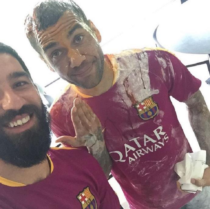 Arda Turán e Daniel Alves (Crédito: Reprodução)