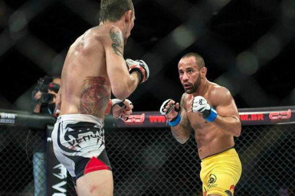 Dudu Bastos ( de amarelo) enquanto lutava MMA em uma competição no estado (Crédito: Divulgação)