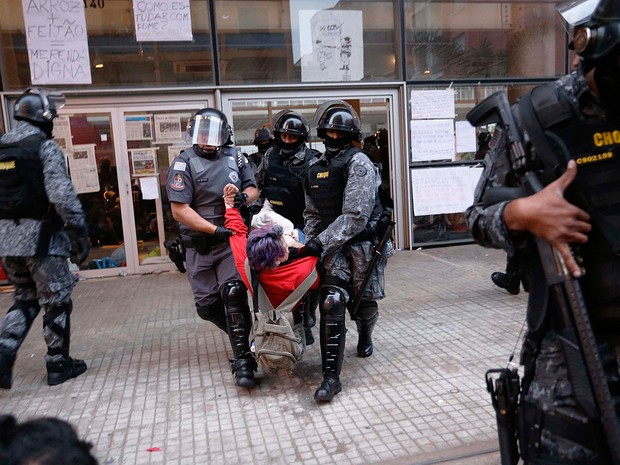 Alunos são retirados do Centro Paula Souza em SP (Crédito: Reprodução)