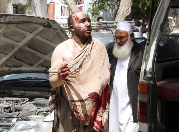 Homem ferido é levado ao hospital após acidente (Crédito: Reuters)