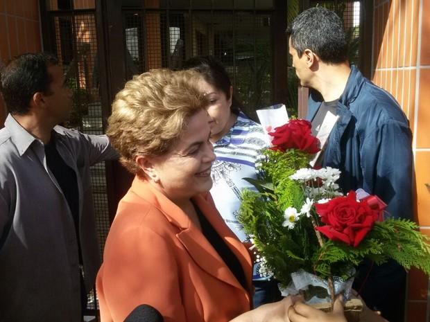 Apoiadores entregaram flores de Dia das Mães para Dilma (Crédito: uliano Posada Chimenes/RBSTV)