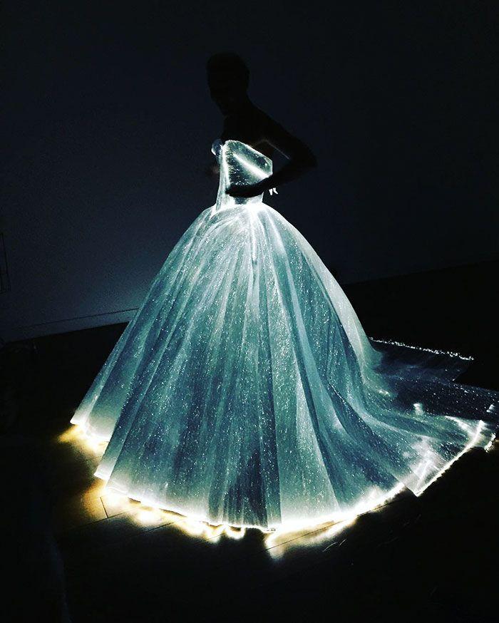 Claire Danes usou vestido que brilhava no escuro