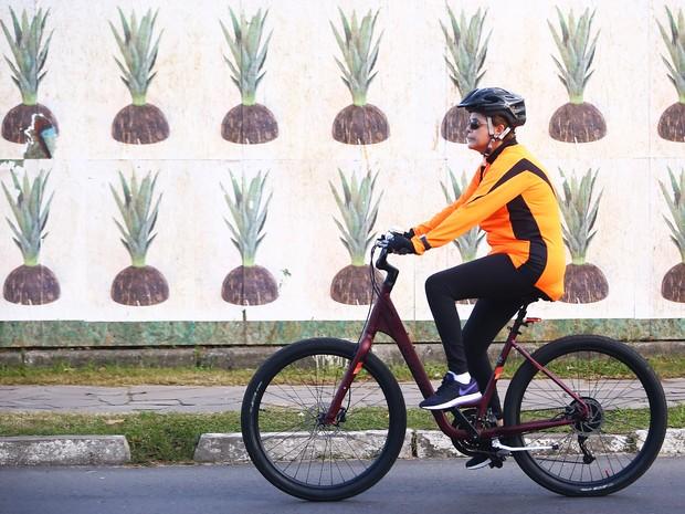Dilma Rousseff pedala pelas ruas de Porto Alegre no Dia das Mães (Crédito: Agência RBS)