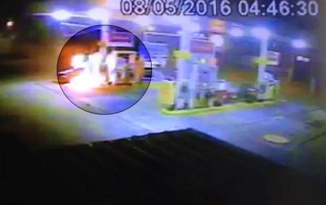 Câmeras flagraram o homem em chamas (Crédito: Reprodução)