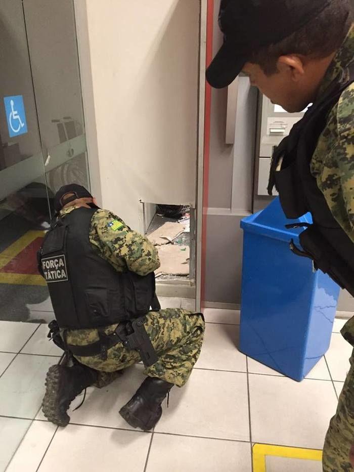 Policiais observam o buraco feito pelos bandidos (Crédito: Reprodução)