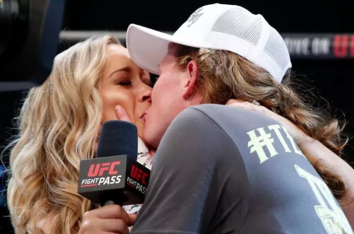 Atleta beija reporter ao vivo (Crédito: Reprodução)