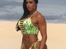 Gracyanne Barbosa faz campanha apenas de biquíni e exibe corpão