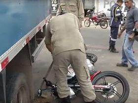 Acidente entre moto e caminhão causa vazamento de combustível