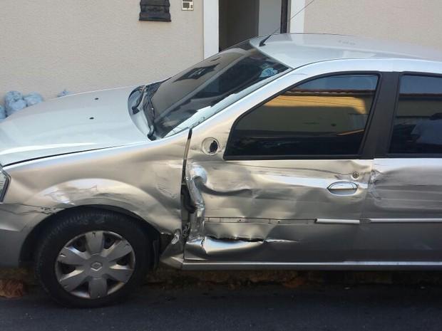 Carro do vizinho de Naldo também foi atingido  (Crédito: Divulgação)