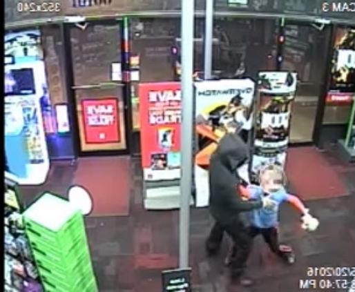 Momento em que o menino ataca o ladrão (Crédito: Reprodução)