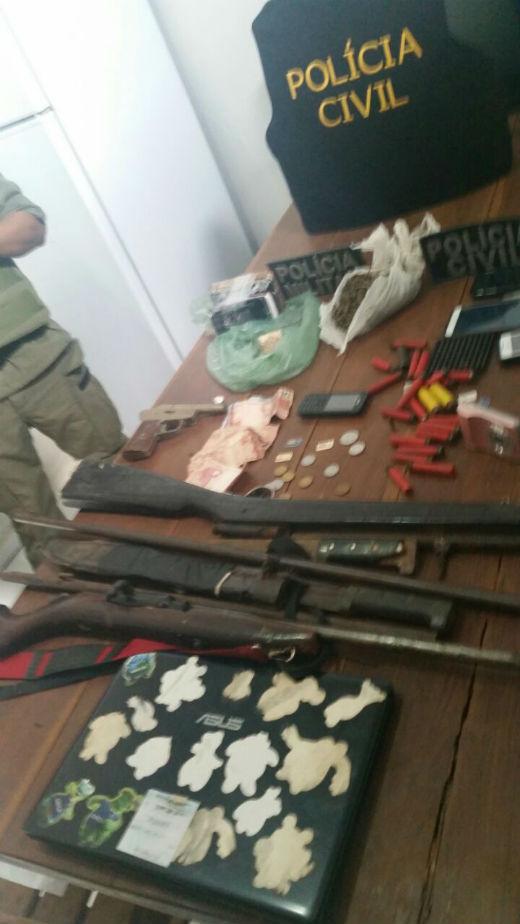 Também foram apreendidas armas emunições, celulares e drogas