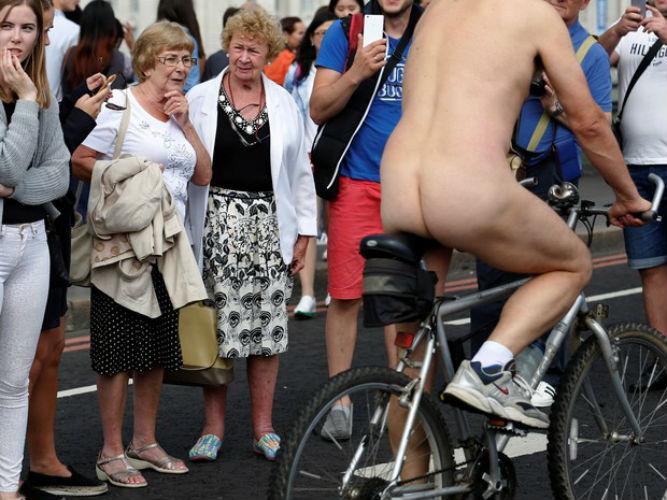 Ciclistas pedalam pelados por pontos turísticos de Londres