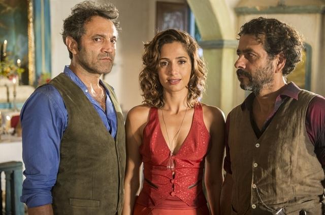 Trio de atores durante gravação da novela