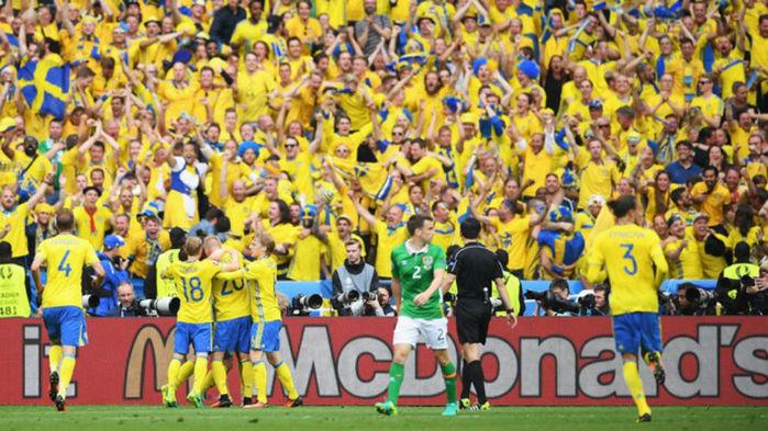 Suecos comemoram gol diante da Irlanda (Crédito: Getty)
