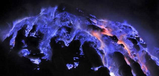 Conheça o Kawah Ijen, o vulcão de larva azul