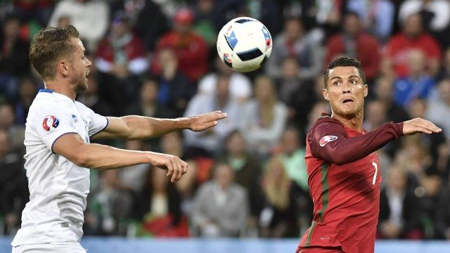 Cristiano Ronaldo em jogo contra a Islândia (Crédito: Reprodução)