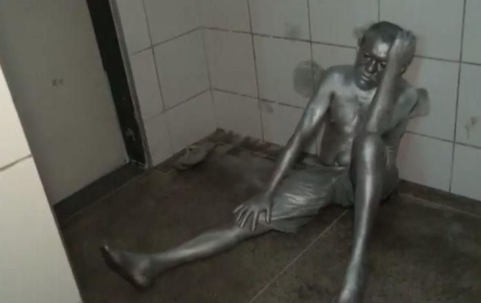 Homem foi levado para a delegacia com o corpo ainda pintado (Crédito: Reprodução)