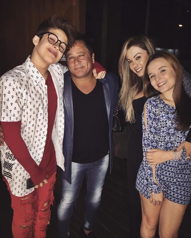 Larissa Manoela e a família de João Guilherme (Crédito: Reprodução)