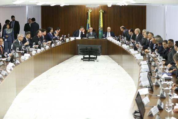 O presidente interino Michel Temer se reúne com líderes da Câmara e do Senado, no Palácio do Planalto (Crédito: Agência Brasil)