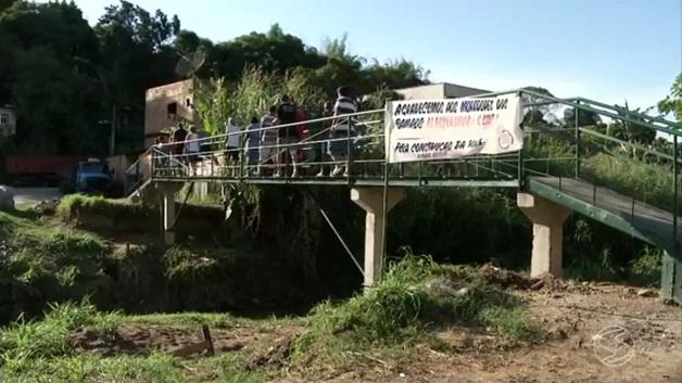 População constroi ponte (Crédito: Reprodução)