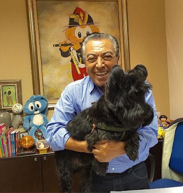 Mauricio de Sousa posa com um cão chamado por ele de Bidu (Crédito: Reprodução)
