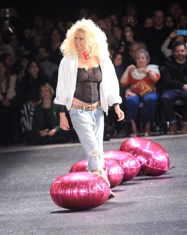 De transparência, Xuxa volta às passarelas e seios ficam à mostra (Crédito: Reprodução)