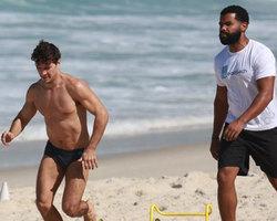 Daniel de Oliveira faz exercícios funcionais só de sunga em praia