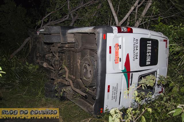 Acidente envolve van que transportava 14 pessoas (Crédito: Reprodução)