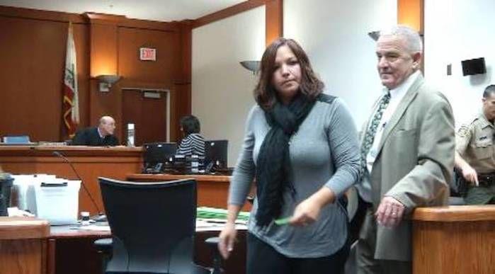 Foto da professora durante  julgamento