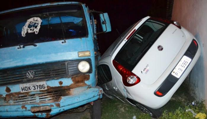 Veículo ficou parcialmente destruído (Crédito: Click Parnaíba)